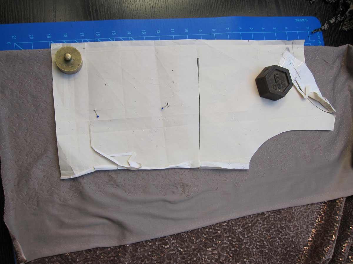 paillettenkleid mit raffung und cut out der rote faden. Black Bedroom Furniture Sets. Home Design Ideas